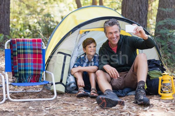 Filho pai sessão tenda sorridente homem Foto stock © wavebreak_media