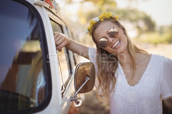 Szczęśliwy kobieta van uśmiechnięty młoda kobieta stałego Zdjęcia stock © wavebreak_media