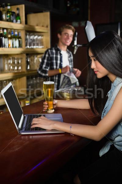 女子 啤酒 使用筆記本電腦 對付 酒吧 計算機 商業照片 © wavebreak_media