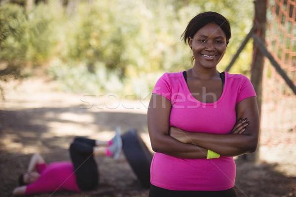 Retrato feliz mujer pie los brazos cruzados Foto stock © wavebreak_media