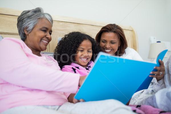семьи смотрят вместе гостиной улыбаясь Сток-фото © wavebreak_media