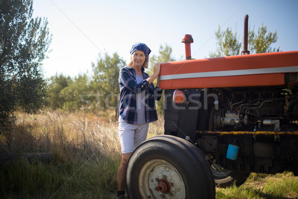 Retrato mujer pie tractor de oliva granja Foto stock © wavebreak_media