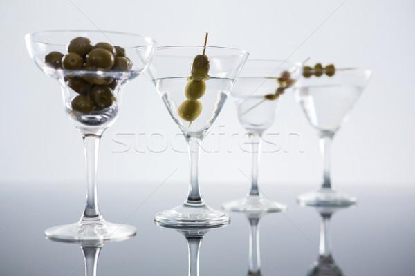 Cóctel martini aceitunas mesa primer plano blanco Foto stock © wavebreak_media