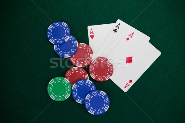 Speelkaarten casino chips poker tabel casino groene Stockfoto © wavebreak_media