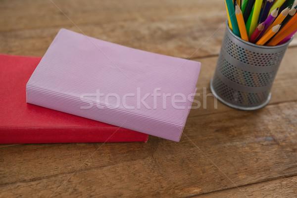 Livres couleur crayons table en bois école Photo stock © wavebreak_media