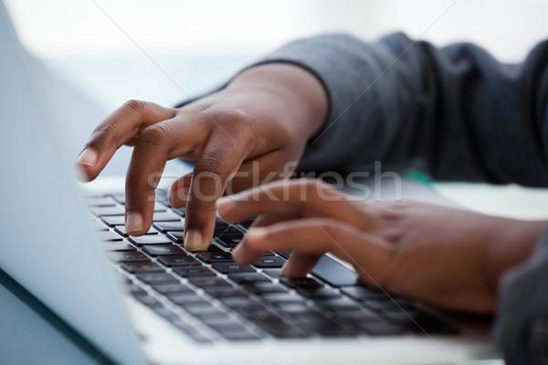 Kép üzletasszony laptopot használ asztal iroda számítógép Stock fotó © wavebreak_media