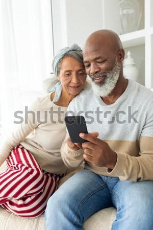 Foto stock: Sonriendo · hijo · de · padre · usando · la · computadora · portátil · digital · tableta · cocina