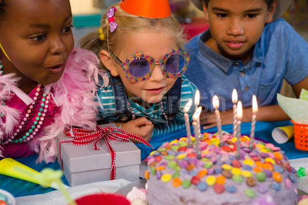 Bambini guardando torta di compleanno ragazza alimentare Foto d'archivio © wavebreak_media