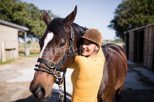 портрет улыбаясь женщины жокей лошади стабильный Сток-фото © wavebreak_media