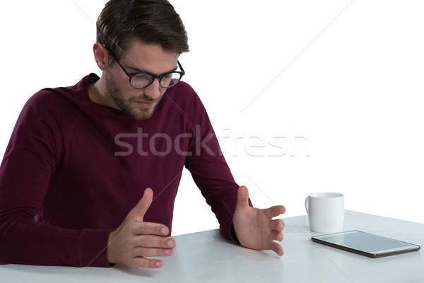 Hombre mantener invisible objeto blanco café Foto stock © wavebreak_media