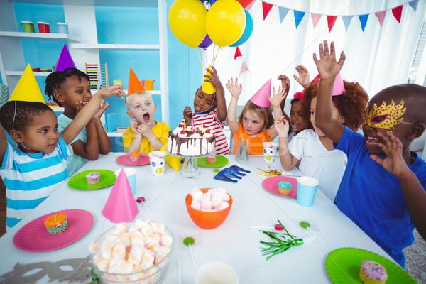 Izgatott gyerekek élvezi születésnapi buli visel születésnap Stock fotó © wavebreak_media
