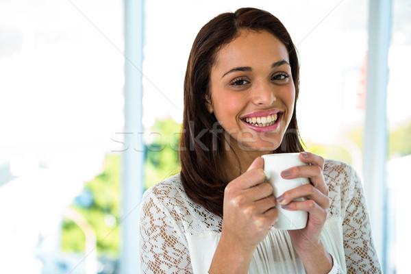 Jong meisje drinken thee glimlachend koffie gelukkig Stockfoto © wavebreak_media