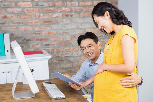 笑みを浮かべて 妊婦 タブレット 夫 ホーム ストックフォト © wavebreak_media