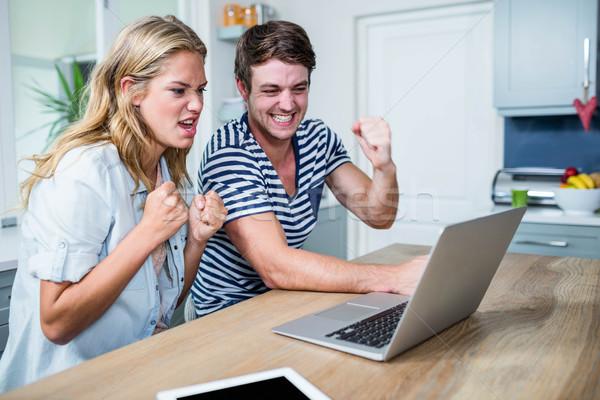 Mutlu çift izlerken dizüstü bilgisayar mutfak Stok fotoğraf © wavebreak_media