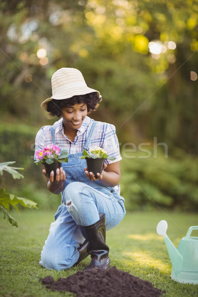 Glimlachende vrouw hurken tuin bloemen vrouw Stockfoto © wavebreak_media