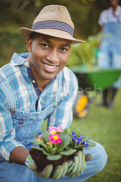 Knappe man hurken tuin bloemen vrouw Stockfoto © wavebreak_media