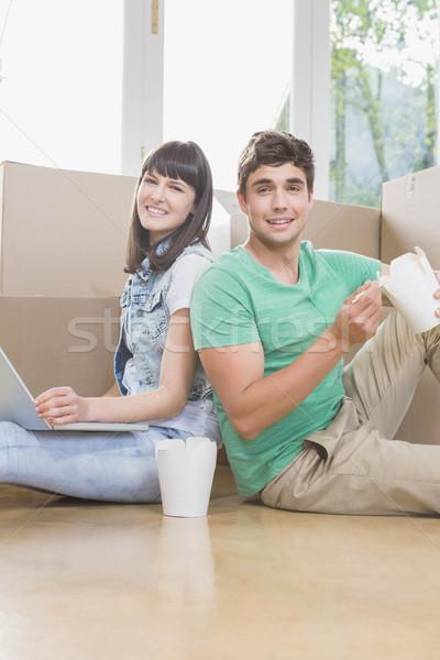 Fiatal pér eszik tészta laptopot használ új ház ház Stock fotó © wavebreak_media