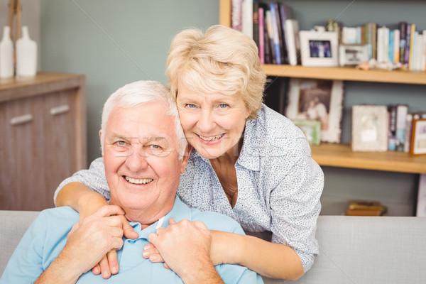 Portret szczęśliwy starszy para półka na książki salon domu Zdjęcia stock © wavebreak_media