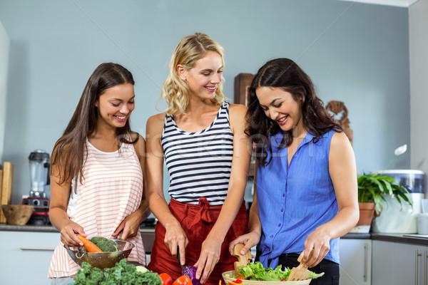 Mosolyog női barátok vág zöldségek konyha Stock fotó © wavebreak_media