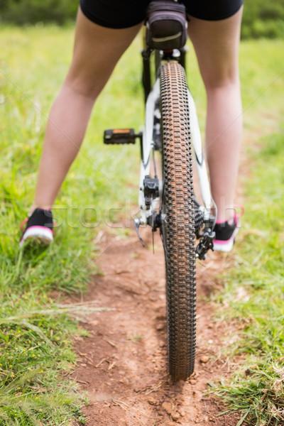 Kadın bisiklete binme doğa uygunluk Stok fotoğraf © wavebreak_media