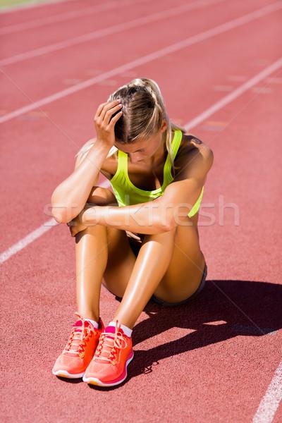Ontdaan vrouwelijke atleet vergadering lopen track Stockfoto © wavebreak_media