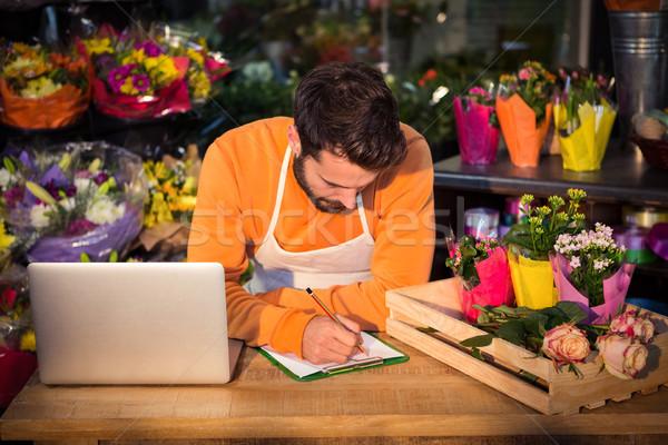 Férfi virágárus rendelés jegyzettömb virágüzlet férfi Stock fotó © wavebreak_media