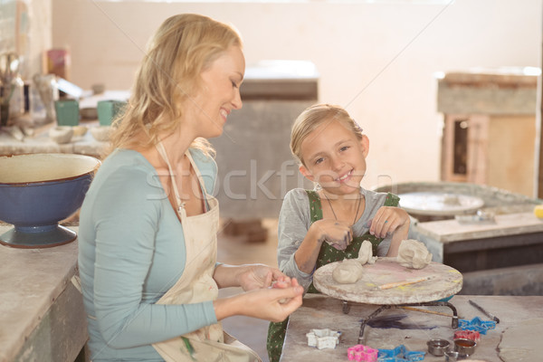 Feminino menina trabalhando oficina sorridente negócio Foto stock © wavebreak_media