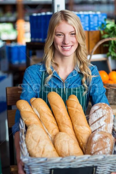 Mujer sonriente cesta baguettes retrato supermercado Foto stock © wavebreak_media