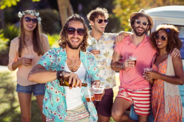 Glücklich Mann Gießen Bier Glas Freunde Stock foto © wavebreak_media