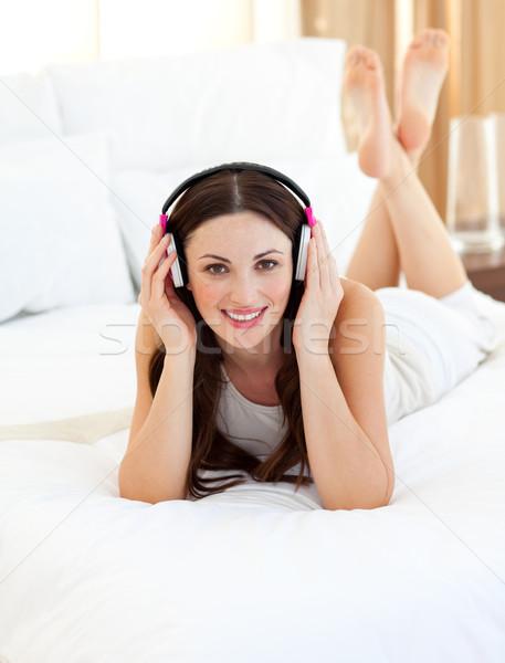 Charmant vrouw luisteren muziek bed home Stockfoto © wavebreak_media