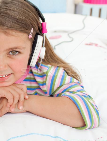 Weinig luisteren naar muziek hoofdtelefoon bed gelukkig haren Stockfoto © wavebreak_media