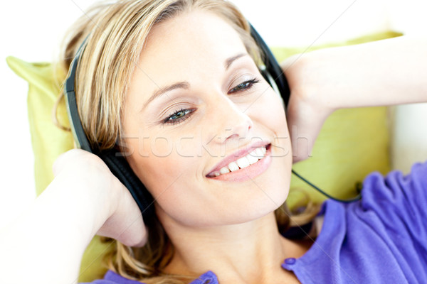 Gioioso donna ascoltare musica soggiorno home casa Foto d'archivio © wavebreak_media