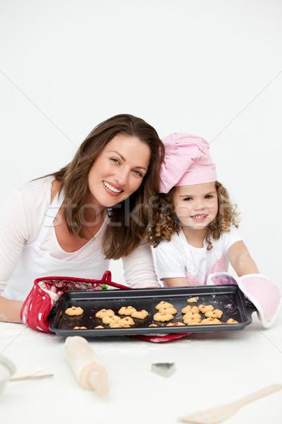 Aanbiddelijk moeder dochter tonen plaat biscuits Stockfoto © wavebreak_media