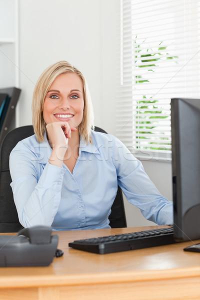 Blonde vrouw kin hand achter bureau naar Stockfoto © wavebreak_media