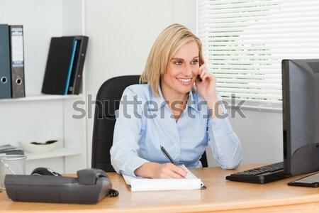 Cute mujer de negocios teléfono escrito algo abajo Foto stock © wavebreak_media