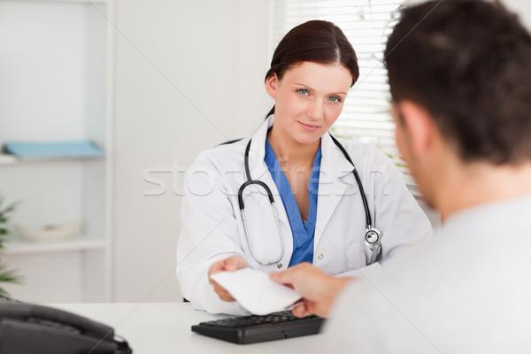 Homme médecin patient ordonnance bureau homme Photo stock © wavebreak_media