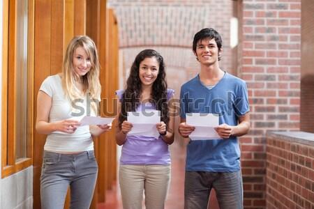 студентов чтение кусок бумаги коридор образование Сток-фото © wavebreak_media