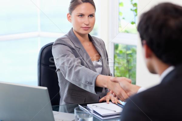 Fiatal üzletasszony kézfogás vásárló üzlet számítógép Stock fotó © wavebreak_media