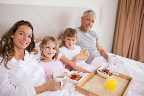 счастливая семья завтрак спальня глядя камеры улыбка Сток-фото © wavebreak_media