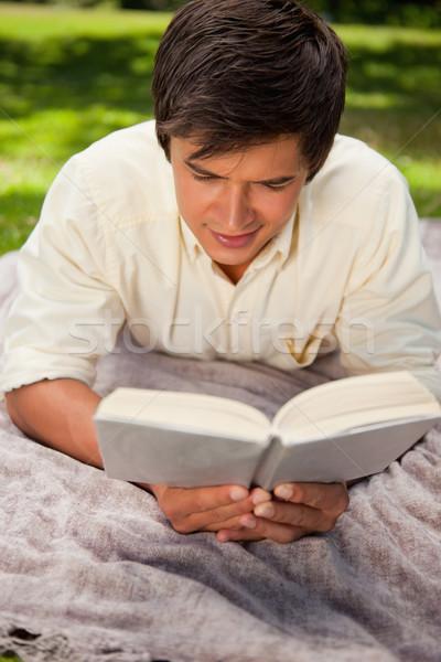 Hombre libros mentiras gris manta hierba Foto stock © wavebreak_media