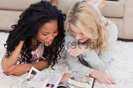 2 笑みを浮かべて 女性 階 両方 読む ストックフォト © wavebreak_media