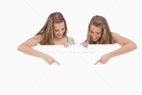 Jeunes femmes pointant blanche Photo stock © wavebreak_media