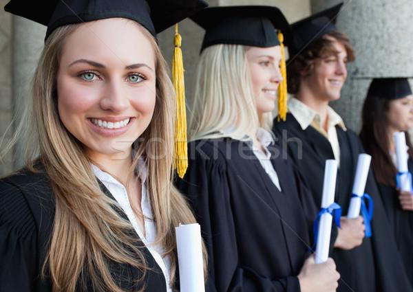 Mooie afgestudeerde vrienden poseren Stockfoto © wavebreak_media