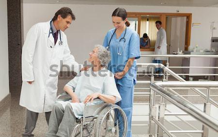 Arts patiënt rolstoel ziekenhuis gang vrouw Stockfoto © wavebreak_media