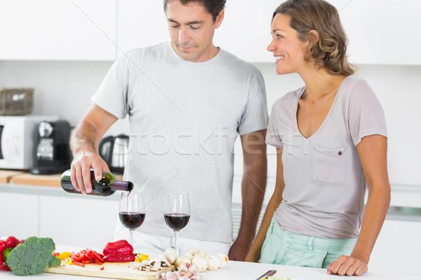 Echtgenoot rode wijn keuken naast Stockfoto © wavebreak_media