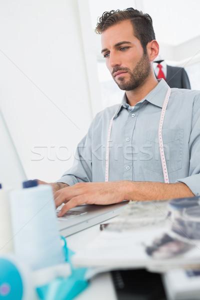 Fiatal férfi divat designer laptopot használ stúdió Stock fotó © wavebreak_media