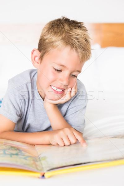 Cute blond jongen bed lezing verhalenboek Stockfoto © wavebreak_media