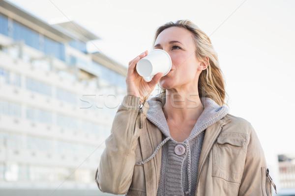 Gyönyörű szőke nő iszik eldobható csésze város Stock fotó © wavebreak_media