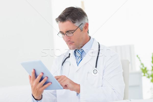 Stok fotoğraf: Doktor · dijital · tablet · erkek · doktor · klinik · adam