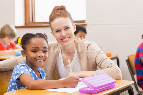 Bastante professor ajuda sala de aula escola primária mulher Foto stock © wavebreak_media